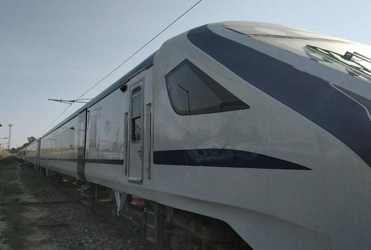 नई दिल्ली से वाराणसी के बीच चलने वाली देश की पहली सेमी हाईस्पीड ट्रेन वंदे भारत एक्सप्रेस (ट्रेन-18) में शाम को दिए नाश्ते में सूखी कचौड़ी परोसने का मामला सामने आया है। दो दिसंबर को यात्रियों ने इसकी शिकायत रेल मंत्री से ट्वीट कर की थी।