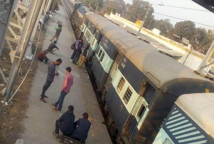 रक्सौल से आनंद बिहार जा रही सत्याग्रह एक्सप्रेस को रविवार रात सीतापुर ब्रांच लाइन पर हेमपुर स्टेशन के पास पहियों से चिंगारी निकलने के बाद रोक दिया गया