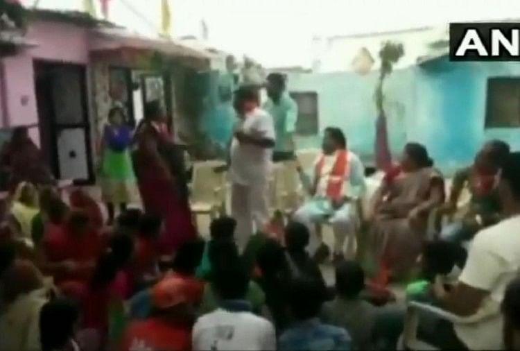 भाजपा सांसद देवजी भाई को फटकार लगातीं कांग्रेस पार्षद सीता दामोर