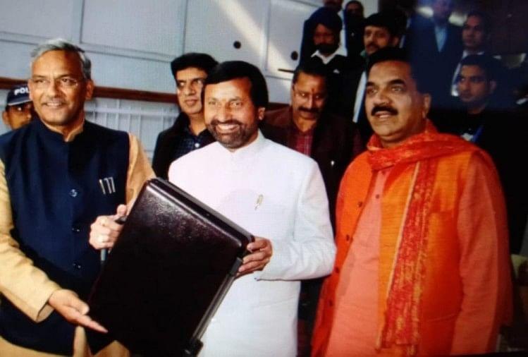 बजट पेश करते वित्त मंत्री प्रकाश पंत और सीएम त्रिवेंद्र सिंह रावत