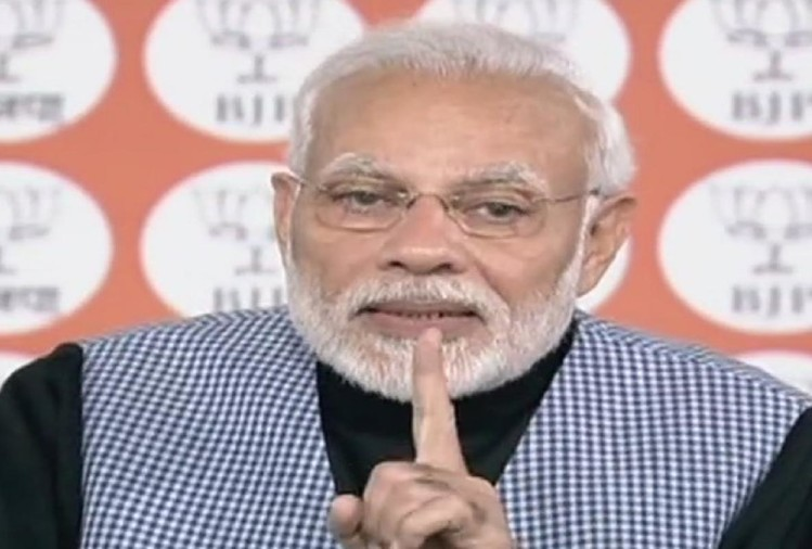 कार्यकर्ताओं से संवाद करते प्रधानमंत्री नरेंद्र मोदी