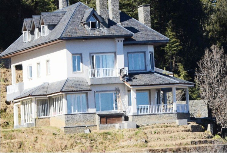 Priyanka gandhi Vadra entered home with her husband Robert Vadra in charabra shimla