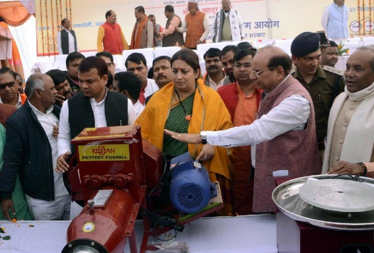 smriti irani promises to open a factory in amethi.