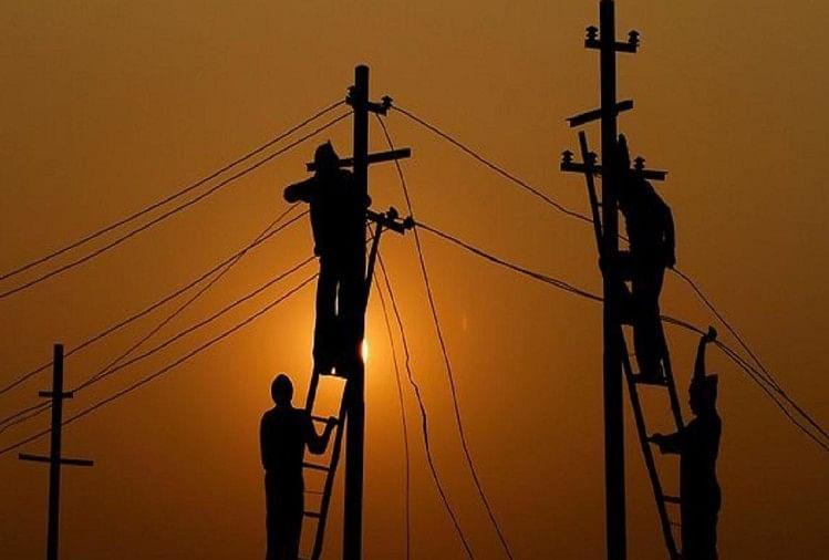 प्रदेश में अब बिजली निगम के अधिकारी-कर्मचारी चेकिंग के दौरान अपना आईडी कार्ड अपने गले में जरूर लटकाएंगे।