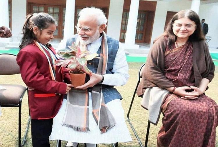 ईहा दीक्षित को पौधा देकर सम्मानित करते पीएम मोदी