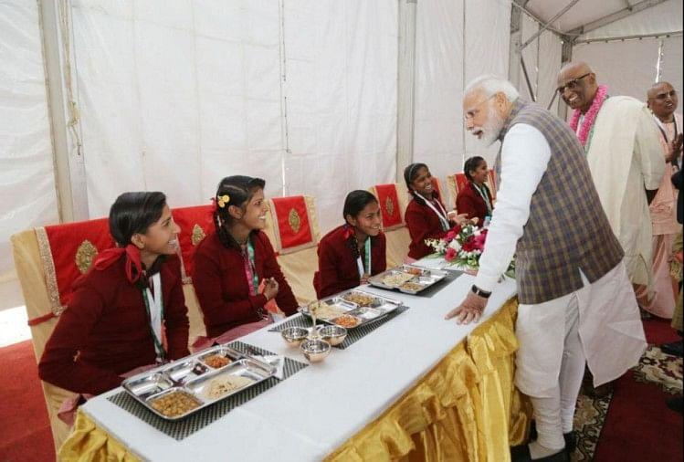 बच्चों को खाना परोसते प्रधानमंत्री मोदी