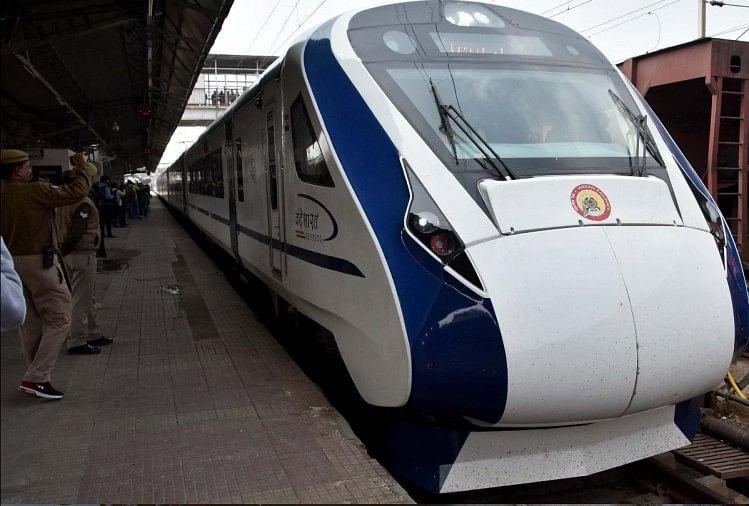 देश में निर्मित पहली सेमी हाई स्पीड ट्रेन वंदे भारत एक्सप्रेस के मुकाबले कारपोरेट ट्रेन काशी महाकाल एक्सप्रेस का सफर यात्रियों को ज्यादा महंगा पड़ेगा। इस ट्रेन से इलाहाबाद जंक्शन से वाराणसी का किराया 677 एवं कानपुर का 847 रुपये है।