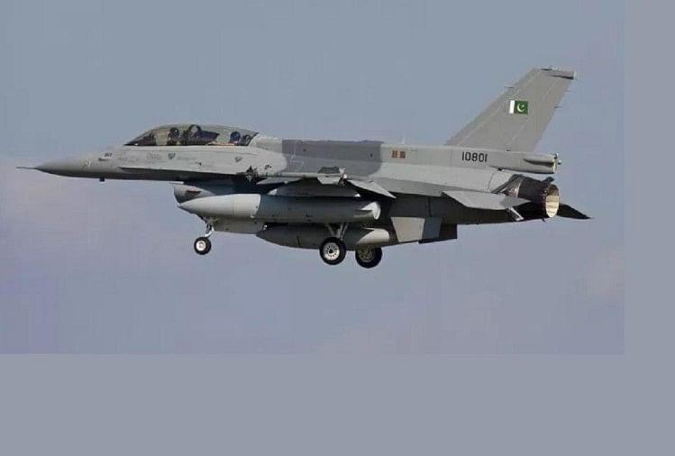 सियालकोट में उड़ान भरता हुआ पाकिस्तानी एयरफोर्स का लड़ाकू विमान
