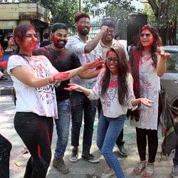 Happy Holi 2019: होलिका दहन के बाद आज रंगों की मस्ती और होरियारों की धूम