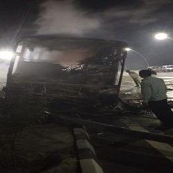 यूपी: दिल्ली से लखनऊ जा रही बस में लगी आग, चार यात्रियों की मौत, दो घायल