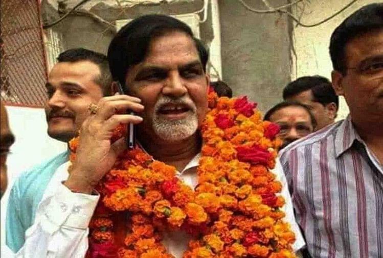 सामूहिक हत्याकांड में उम्रकैद की सजा काट रहे हमीरपुर से भाजपा के पूर्व सदर विधायक अशोक सिंह चंदेल व आशुतोष सिंह के मामले में शुक्रवार को सुप्रीमकोर्ट ने जमानत अर्जी खारिज कर दी