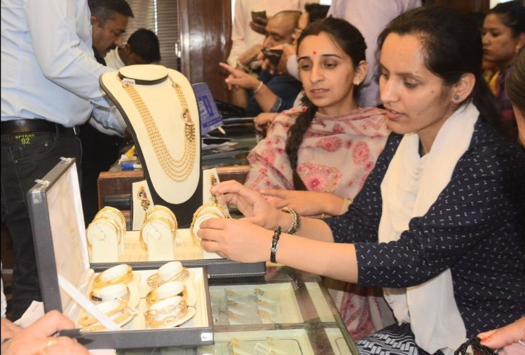 gold silver prices down by 956 rupees on friday