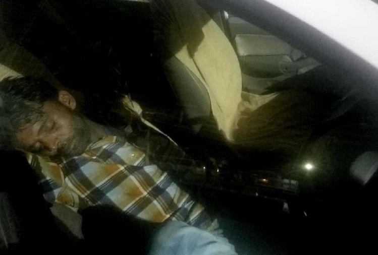 रात के समय बंद कार में सोता व्यक्ति