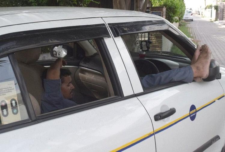 कार में आराम करता व्यक्ति