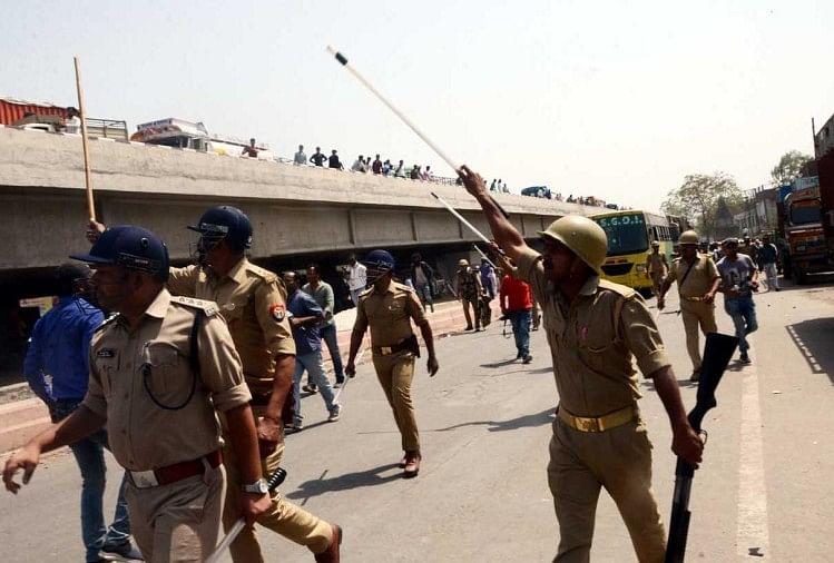 प्रदर्शनकारियों को खदेड़ती पुलिस