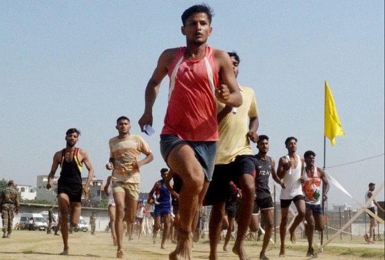 वाराणसी में सेना भर्ती रैली के पहले दिन शुक्रवार की सुबह छावनी क्षेत्र स्थित रणबांकुरे स्टेडियम में आजमगढ़ जिले के युवाओं ने दमखम दिखाया।