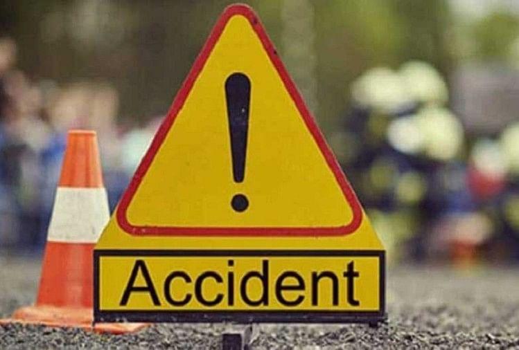 सादाबाद क्षेत्र में सोमवार को एक बाइक पर सवार चार लोगों को ट्रैक्टर-ट्राली ने रौंद दिया