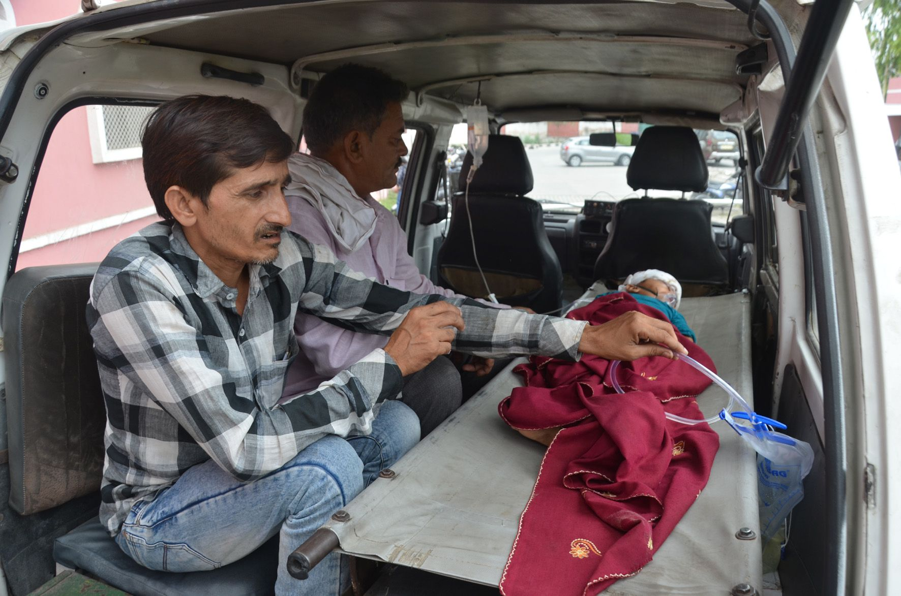 जेएन मेडिकल कॉलेज में डॉक्टर्स की हड़ताल के कारण उपचारधीन बालक को लेकर दिल्ली जाते परिजन।