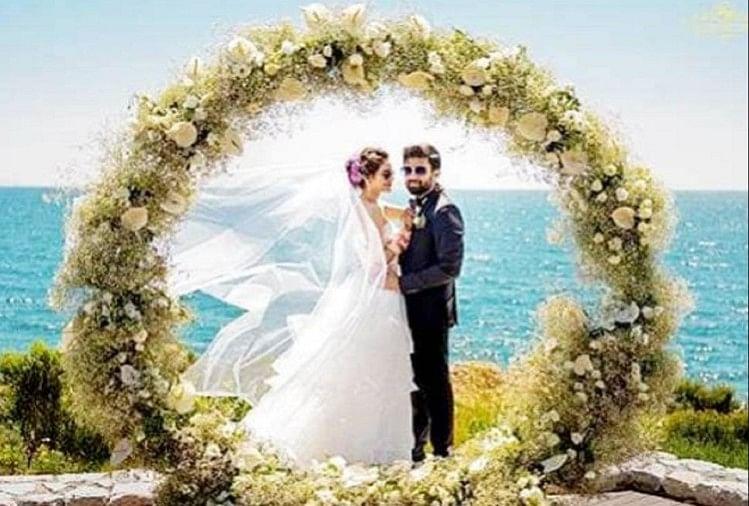 Image result for शादी के बाद नुसरत जहां पति के साथ लौटीं भारत, एयरपोर्ट पर हुआ जोरदार स्वागत
