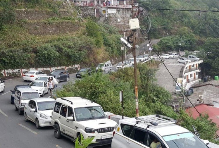 traffic jam on monday in mussoorie to dehradun route
