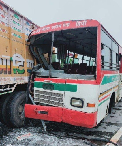 ट्रक से टकराई बस, चालक समेत पांच घायल                                                                                                                                                                      नगर बाजार (बस्ती)