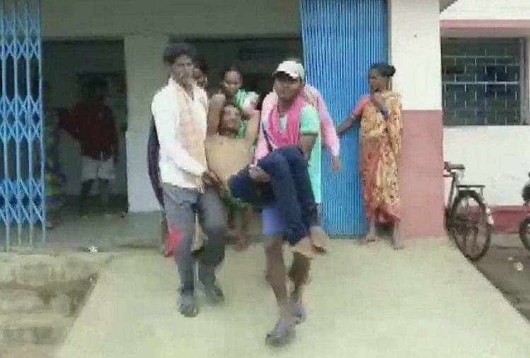 युवक को अस्पताल ले जाते लोग
