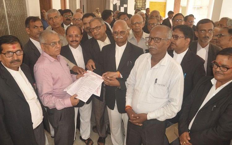ग्राम अदालत गठन के विरोध में वकीलों ने मनाया विरोध दिवस                                                                                                                                                                      बस्ती