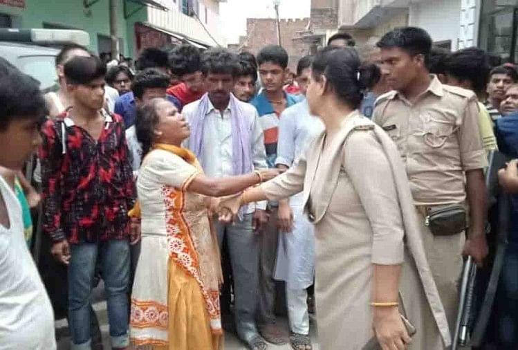 रूखसार की मां पुलिस से बेटी को छोड़ने के लिए भिड़ गई
