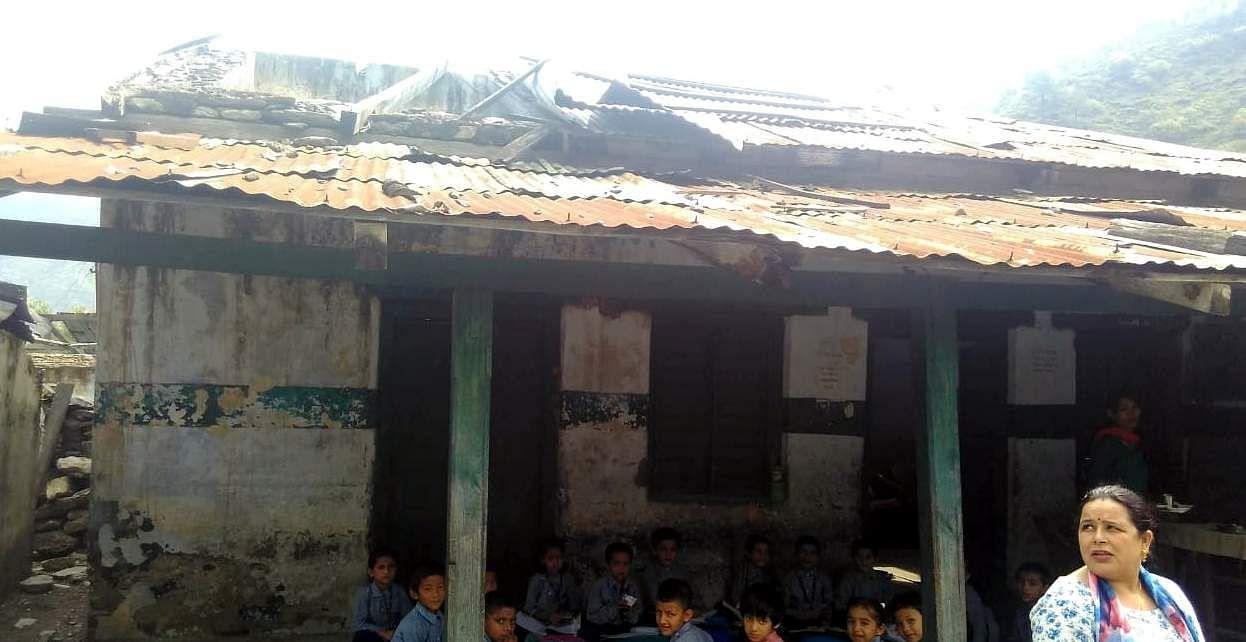 बदहाल पड़े प्राथमिक विद्यालय त्यूनी में पढ़ाई करते छात्र।