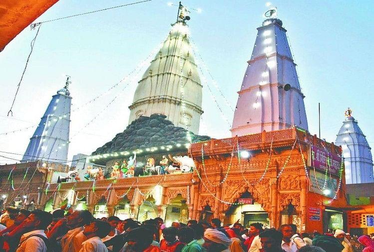 दानघाटी मंदिर के बाहर भक्तों की भीड़