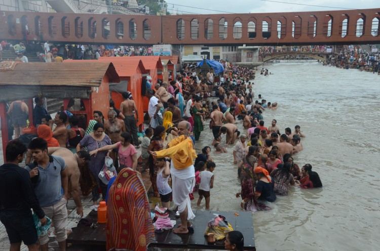 आषाढ़ मास की गुरुपूर्णिमा पर देश के विभिन्न हिस्सों से आए श्रद्धालुओं ने पवित्र गंगा में आस्था की डुबकी लगाई