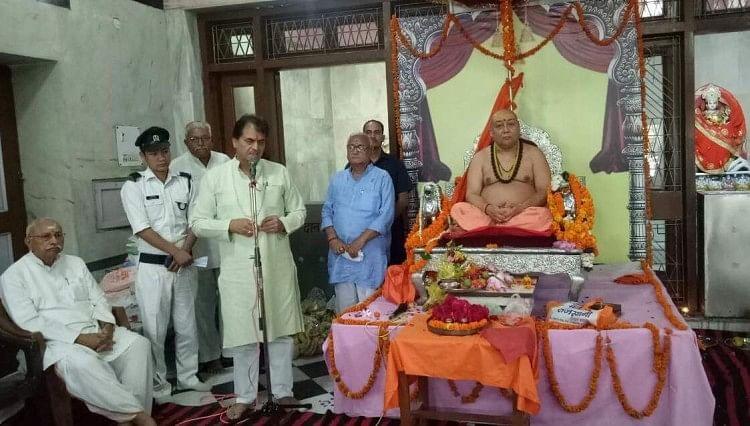 जगद्गुरु शंकराचार्य स्वामी राजराजेश्वराश्रम महाराज ने कहा कि हिंदू समाज और संयुक्त हिंदू परिवारों को छिन्न-भिन्न करने की कोशिशें की जा रही हैं
