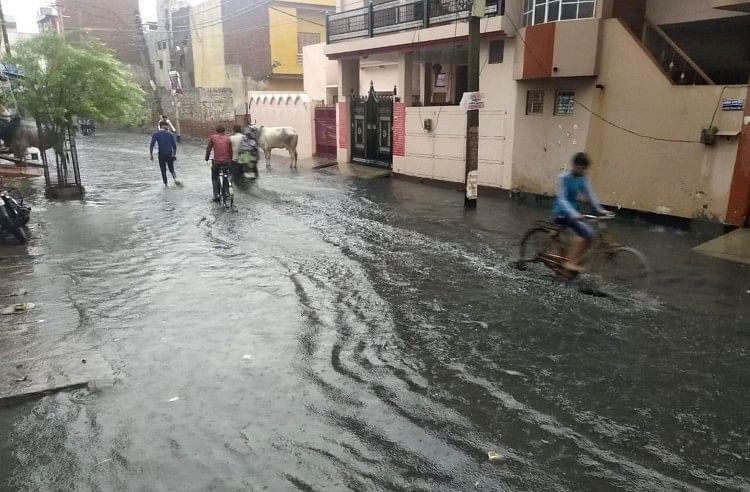 कई दिनों से बारिश का इंतजार कर रहे शहर के लिए सोमवार का दिन शानदार बरसात की सौगात लेकर आया