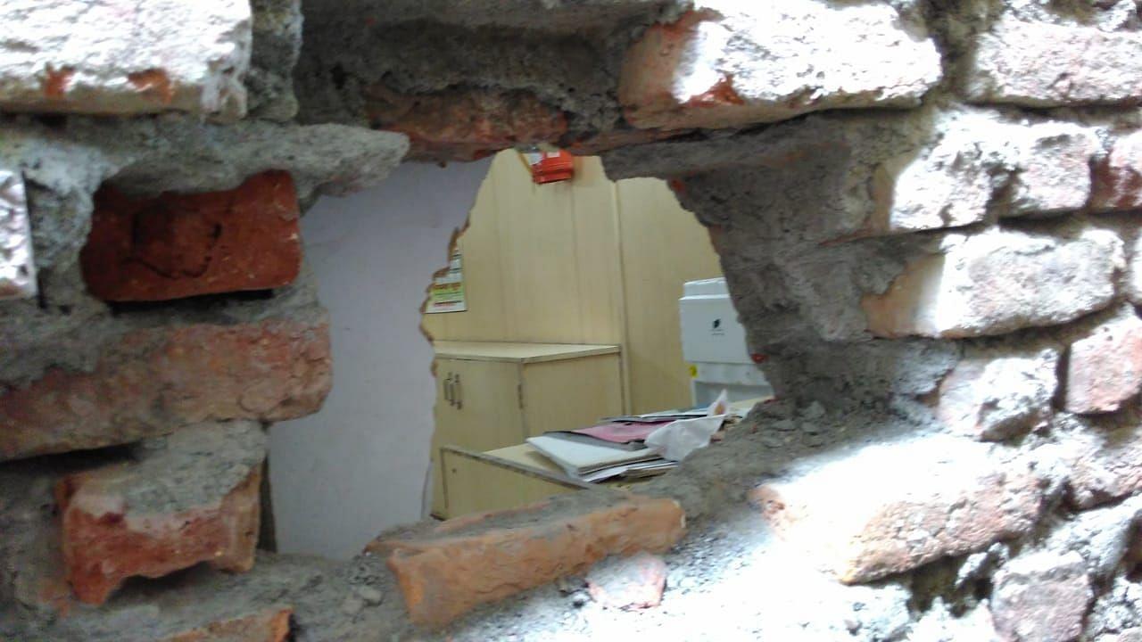 बाजपुर के गांव बेरिया दौलत बैंक शाखा की काटी दीवार।
