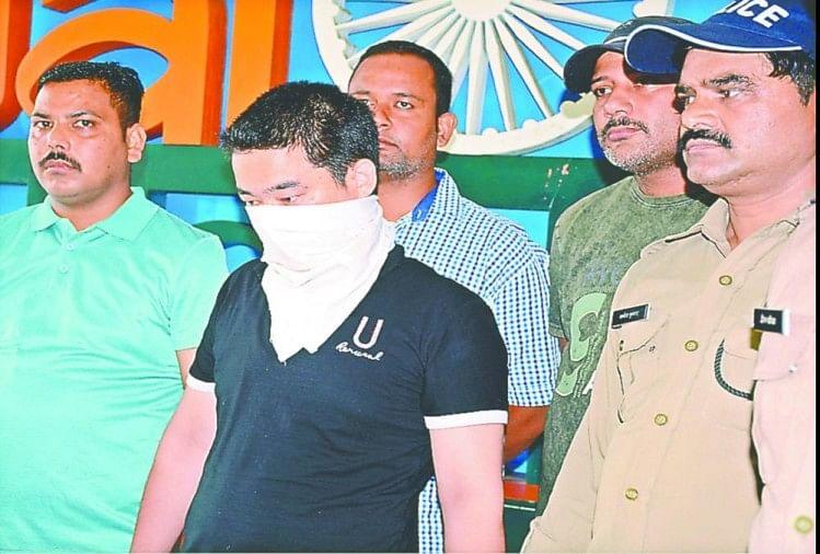 एस्लेहॉल स्थित कमल ज्वैलर्स से 11 लाख 15 हजार रुपये के जेवर लेकर फरार मैनेजर पूरण थापा को पुलिस ने मुरादाबाद से दबोच लिया है