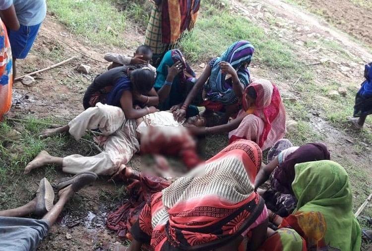 दोनों बच्चे गृहप्रवेश में शामिल होने के लिए बहादुर चौहान के घर अपने अभिभावकों के साथ आए थे