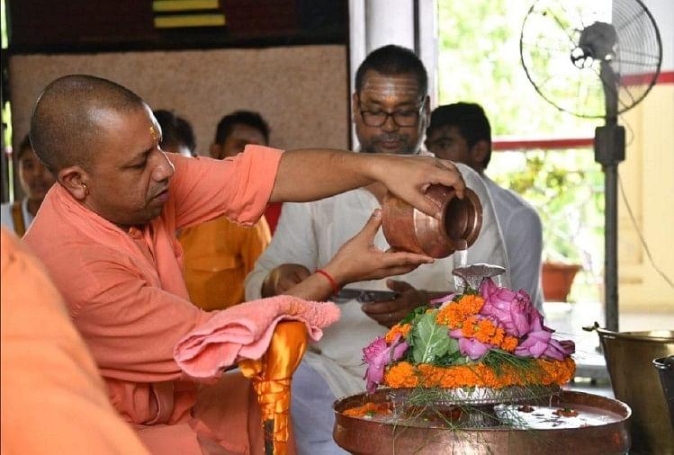 गोरखनाथ मंदिर में सावन के पहले दिन मुख्यमंत्री योगी आदित्यनाथ ने रुद्राभिषेक किया