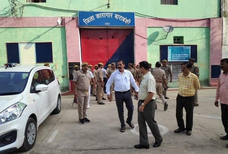 बाराबंकी जिला कारागार में डीआईजी लव कुमार ने बृहस्पतिवार सुबह अचानक छापा मार दिया