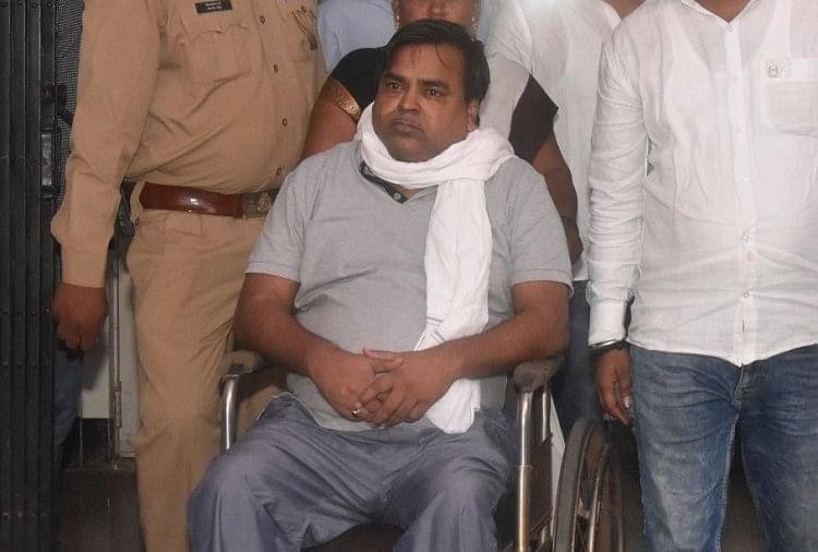 खनन घोटाले व रेप के आरोपी गायत्री प्रसाद प्रजापति के परिवारीजनों ने शुक्रवार शाम (किंग जॉर्ज मेडिकल यूनिवर्सिटी) केजीएमयू में जमकर हंगामा किया।