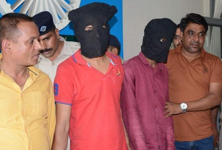 कोरियर कंपनी के ऑफिसमें हुई डकैती में पुलिस ने मास्टर माइंड समेत दो आरोपियों को गिरफ्तार कर लिया है, जबकि तीन फरार हैं