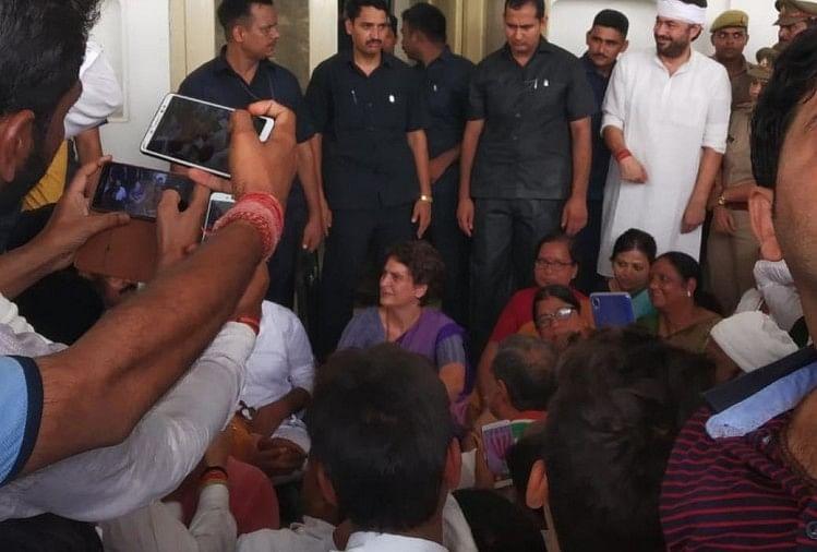 चुनार गेस्ट हाउस में धरने पर बैठीं प्रियंका गांधी।