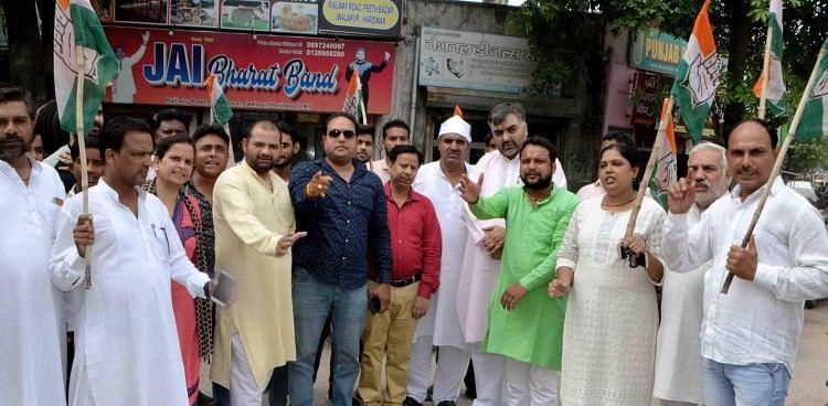 महानगर कांग्रेस कमेटी ने प्रदेश कांग्रेस कमेटी के निर्देशानुसार सोनभद्र में हुए नरसंहार के पीड़ित परिवारों से मिलने जा रहीं कांग्रेस की राष्ट्रीय महासचिव प्रियंका गांधी वाड्रा की गिरफ्तारी पर चंद्राचार्य चौक पर कांग्रेसियों ने प्रदर्शन किया