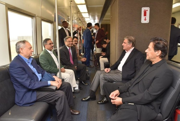 मेट्रो में बैठकर होटल जाते इमरान खान