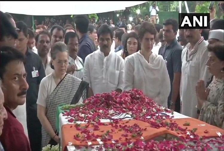 कांग्रेस दफ्तर में शीला दीक्षित का पार्थिव शरीर, सोनिया और प्रियंका गांधी ने किए अंतिम दर्शन