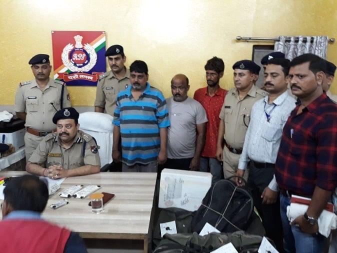 चलती ट्रेनों के एसएलआर को काटकर बुकिंग का सामान चोरी कर भाग जाने वाले दो गैंग के तीन शातिर चोरों को आरपीएफ ने पकड़ लिया
