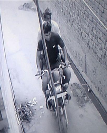 कस्बे के दसविसा में मंगलवार की शाम घर में बैठी महिला के गले से बाइक सवार बदमाश गले की चेन तोड़ ले गए