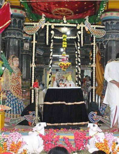 हिंडोला कुंज बन डारो री, झूलन आईं राधिका प्यारी, काहे के खंभ गड़वाए री, काहे की डारी डोरियां प्यारी री...मंगलवार की शाम ठाकुर द्वारिकाधीश मंदिर में दर्शन के लिए आईं महिलाएं भजन और सावन के गीत सुनाकर अपने अराध्य राजाधिराज को रिझाने का प्रयास कर रहीं थीं