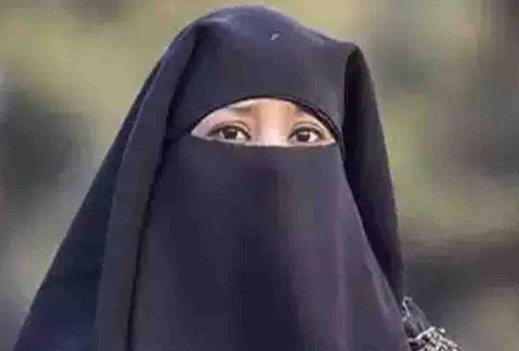 दहेज में कार की मांग का विरोध करने पर ससुरालियों ने विवाहिता को आग से जलाने की कोशिश की। इस पर जान बचा कर मायके पहुंची विवाहिता से मारपीट और तीन-तलाक दे दिया।