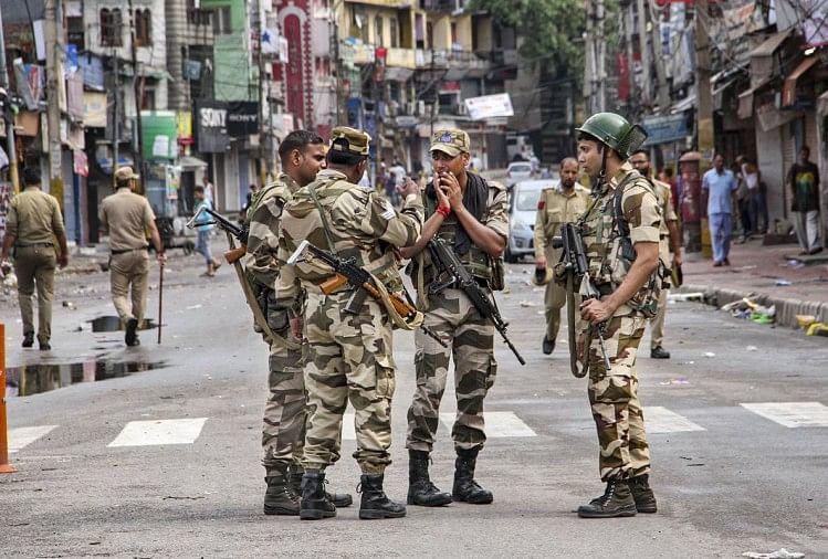 कश्मीर मे तैनात सुरक्षाकर्मी
