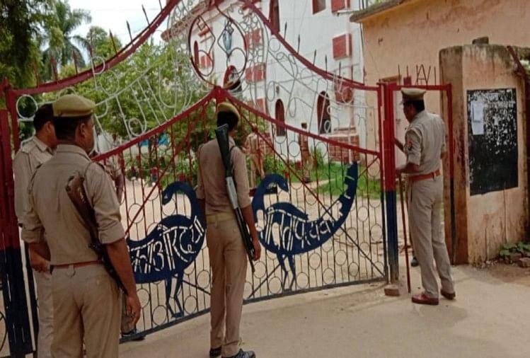 जम्मू कश्मीर से तीन प्रिजन वैन से आतंकियों को नैनी सेंट्रल जेल में शिफ्ट किया गया है